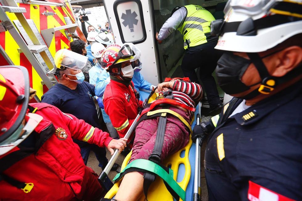 Las dos mujeres que quedaron atrapadas en su vivienda tras el deslizamiento de un cerro en Chorrillos, fueron rescatadas esta mañana tras el arduo al trabajo en conjunto de bomberos, policías y serenos del citado distrito. El hecho ocurrió esta madrugada en el inmueble situado en el asentamiento humano Buenos Aires de Villa. (Foto: Hugo Curotto / @photo.gec)