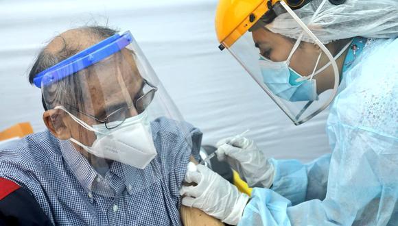 Segunda dosis contra el COVID-19 ayudará a frenar avance de variante Delta, indica el ministro de Salud,(Foto. Minsa)
