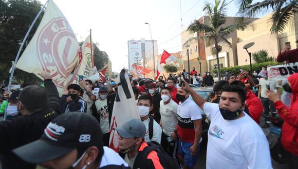 Los hinchas de Universitario no respetaron los protocolos de bioseguridad al reiniciarse la Liga 1. Foto: Jesús Saucedo / GEC