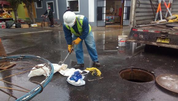 El aniego de aguas servidas afectó desde esta madrugada a vecino de la cuadra 24 de Mariano Angulo de Mirones Bajo. (Foto: Sedapal)