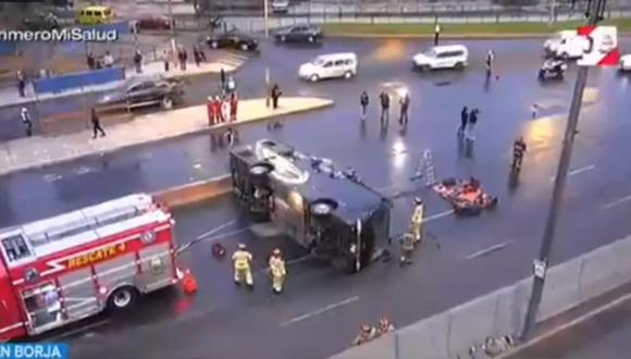 Bomberos atendieron el accidente esta madrugada que a esta hora de la mañana reporta congestión vehicular en la Av. Circunvalación. (Captura: TV Perú)