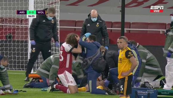 Raúl Jiménez se marcha en camilla tras un cabezazo con David Luiz. (Foto: ESPN)