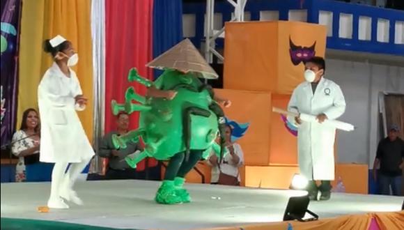 El pequeño disfrazado de coronavirus compartió escenario junto con otros dos menores vestidos como doctores. (Facebook: Alejandro R. García)