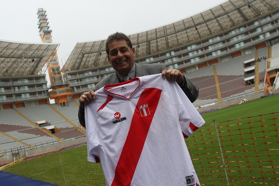 Roberto Chale mostrando camiseta de la selección peruana en el Estadio Nacional. (GEC Archivo)