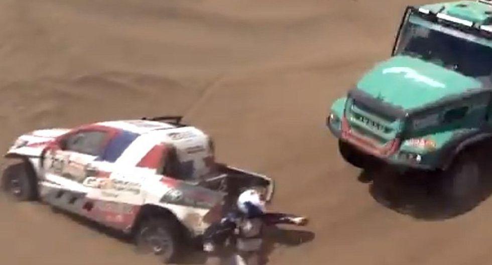 Dakar 2019: Impactante choque entre camión y auto atrapado en las dunas
