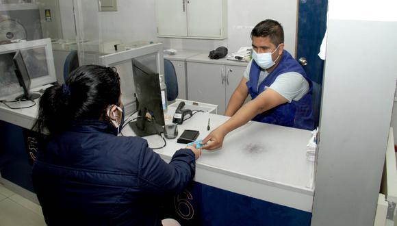 Durante el recojo de DNI, el ciudadano debe portar una mascarilla y cumplir los protocolos de bioseguridad para evitar los contagios de COVID-19. (Foto: Reniec)