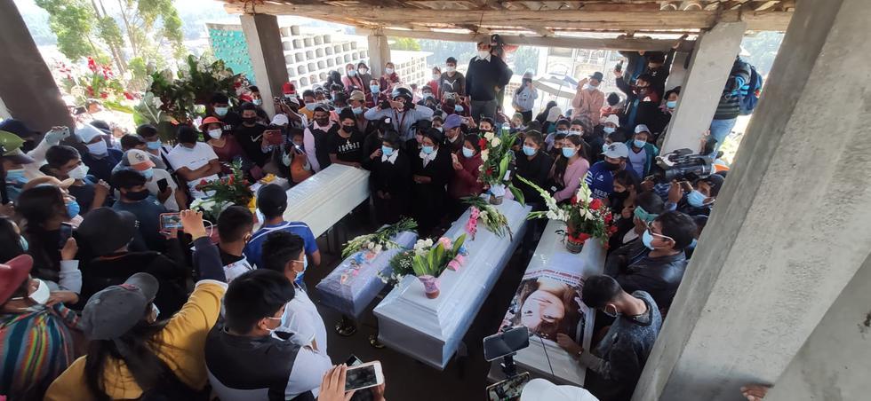 Alejandra Ccahuana (67) recibió hoy en Huancayo, Junín, los ataúdes de sus hijas Marcelina Ochoa Ccahuana (38), Carmen Rosa Ochoa (28) y Diane Ochoa (24) y de sus nietas Anyeli (1), hija de Carmen y Luana (4), hija de Diane. Ellas fueron asesinadas el último domingo por una columna de Sendero Luminoso en el centro poblado de San Miguel del Ene, en la provincia de Satipo, en Junín. (Foto: Caleb Mendoza / GEC)