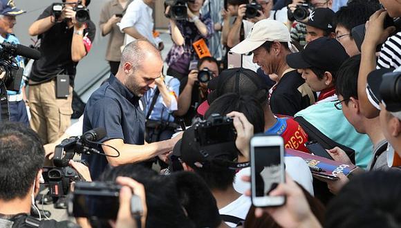 Cientos de hinchas del Vissel Kobe recibieron a Iniesta a su llegada a Japón