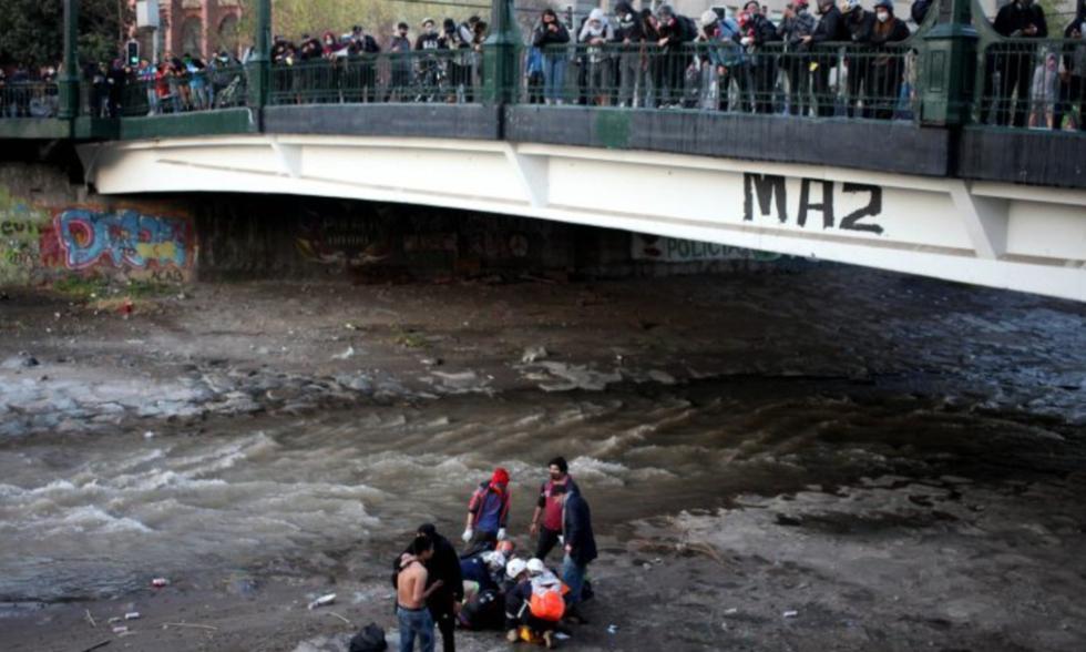 En medio de las protestas contra el gobierno de Sebastian Piñera, un joven terminó herido luego de caer al río tras un forcejeo con un carabinero. FOTO: Captura