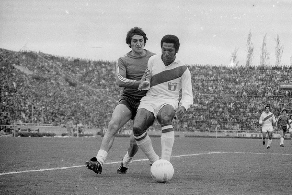 Julio Guillermo Meléndez Calderón nace en el distrito de Breña de la ciudad de Lima el 11 de abril de 1942. Su trayectoria futbolística la inicia en los juveniles del Centro Iqueño para luego debutar profesionalmente con el Defensor Lima. (GEC Archivo Histórico)