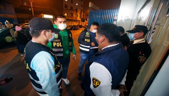Agentes de la PNP que llegaron al hospital Almenara tras caso de manifestantes heridos durante protesta.  (Foto: César Grados/@photo.gec)