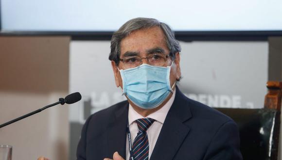 El exministro de Salud consideró que la presentación del carné de vacunación para acceder a determinados servicios debería ser una norma nacional. Foto: Andina