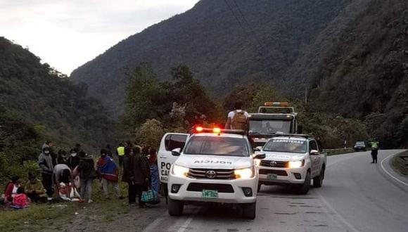 La Policía rescató a los heridos que quedaron atrapados en el bus. (Foto: Agenda Puno)