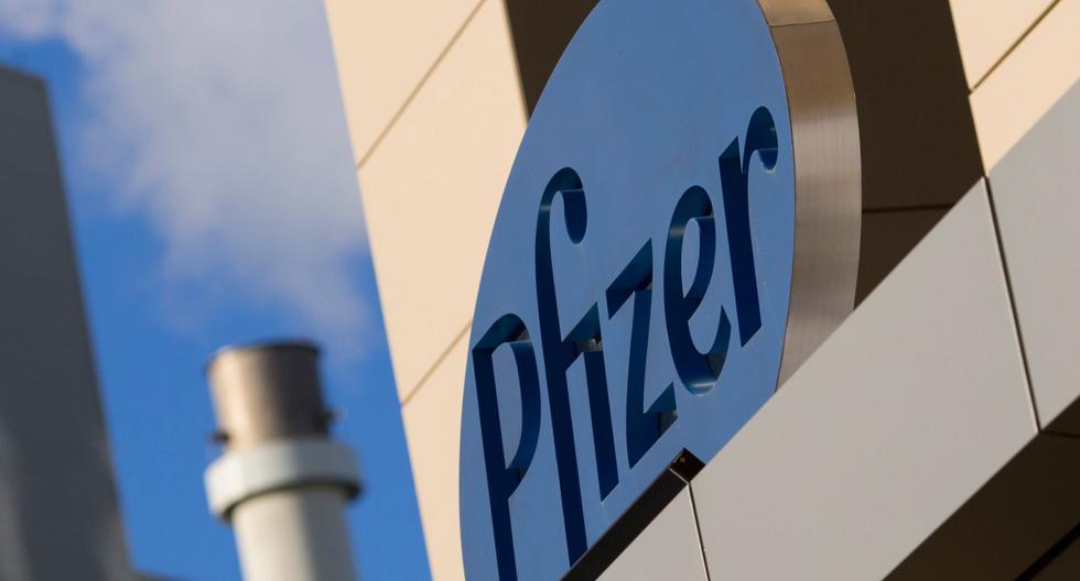 En esta foto de archivo tomada el 18 de marzo de 2017, se ve un letrero de la compañía farmacéutica Pfizer en un edificio en Cambridge, Massachusetts. (AFP / DOMINICK REUTER).