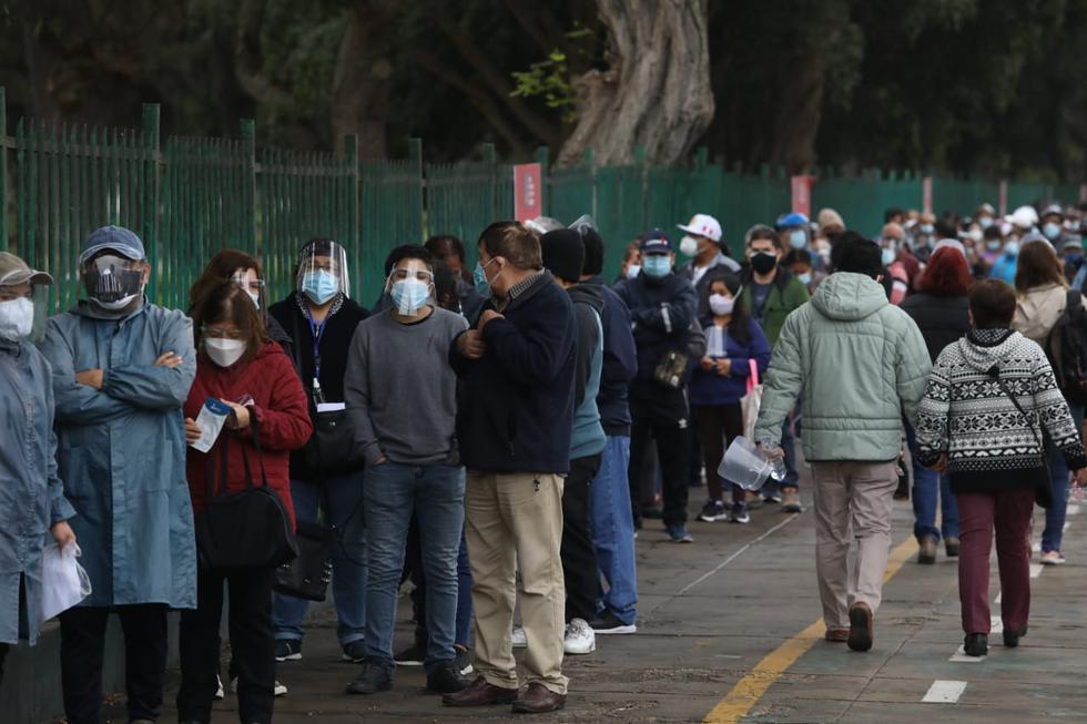 Desde las primeras horas del día se han venido reportando largas colas de personas de 54 y 55 años que esperan ingresar a los centros de vacunación, situados en el Campo de Marte (Jesús María) y el Complejo Deportivo IPD Bayóvar (San Juan de Lurigancho), para ser vacunados contra el COVID-19. Hoy, miércoles 30 de junio, inició la jornada inmunización para este grupo etario. (Foto: Britanie Arroyo / @photo.gec)