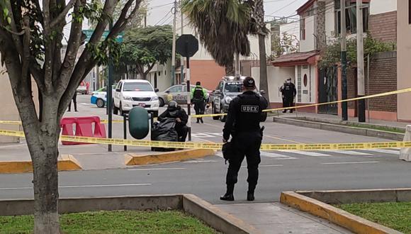 Agentes de la UDEX aislaron la zona en prevención cuando todavía no se sabía de que se trataba de dos bombas lacrimógenas. (Foto: Municipalidad de Surco)