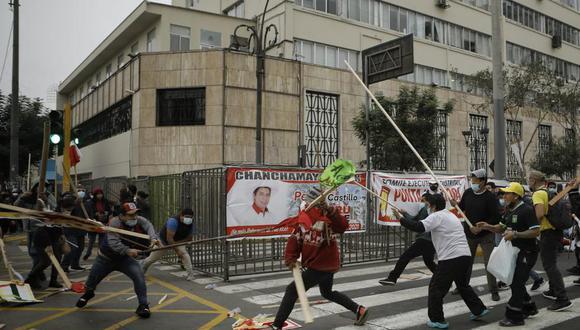 Uno de los enfrentamientos entre Perú Libre y Fuerza Popular ocurrió en los exteriores de la sede del JNE, en el Cercado de Lima. (Foto: Joel Alonzo/@photo.gec)