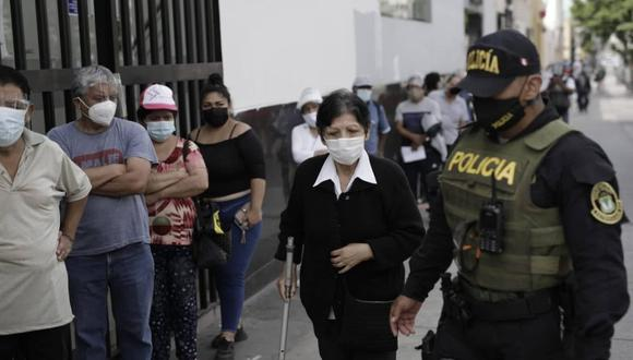 Al acudir al banco es vital llevar mascarilla y no descuidar su seguridad ante los delincuentes. (Foto: Anthony Niño de Guzmán / @photo.gec)