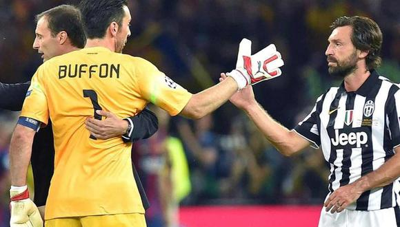 La bienvenida de Gianluigi Buffon a Andrea Pirlo, su nuevo entrenador en Juventus. (Foto: EFE)