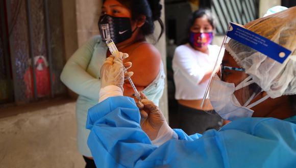 Las personas adultas, ya sea peruana o extranjera, pueden acudir a cualquier centro de salud para recibir la vacuna DT, para prevenir la difteria y el tétano. (Foto: Hugo Curotto/GEC)