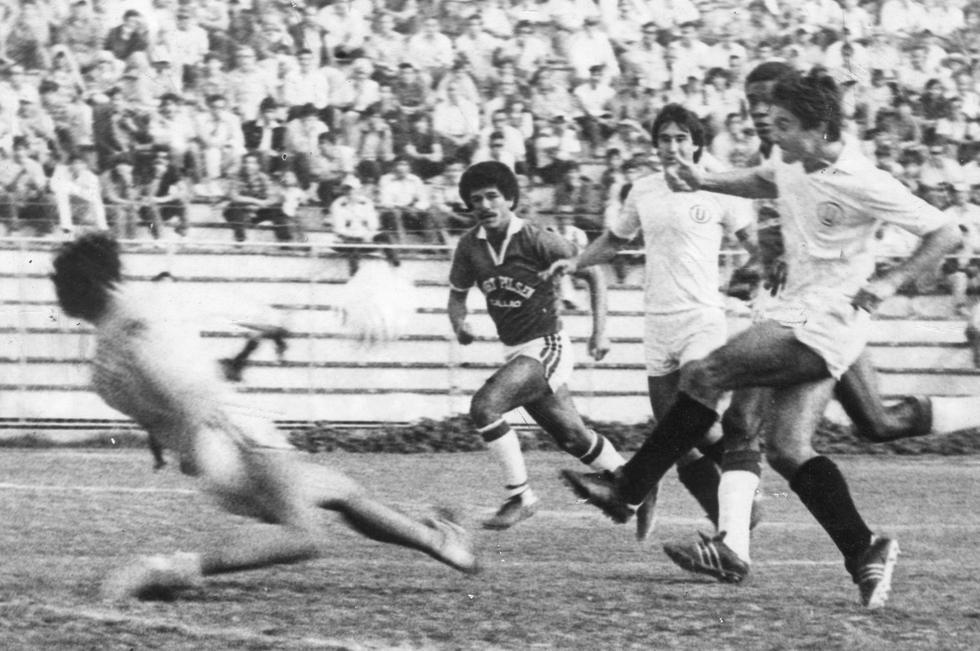 Juan Carlos Oblitas inició su carrera profesional en Universitario de Deportes el año 1968, equipo al que defendió en dos etapas, la primera de 1968 a 1975 y la segunda de 1984 a 1985. Como jugador de los merengues logró los campeonatos de los años 1969, 1971, 1974 y 1985. Juan Carlos también dirigió a Universitario entre los años 1987 a 1990, saliendo campeón el año 1987. (Foto: GEC Archivo Histórico)