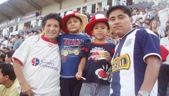 El Chato Grados junto a sus hijos.