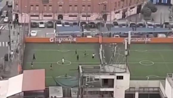 Grupo de hombres fue captado cuando participaban de un juego de fulbito en una cancha sintética del Cercado de Lima. (Captura: América Noticias)