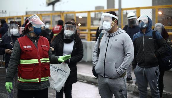 Integrantes de la ATU supervisaron en los paraderos el uso de protectores faciales y mascarillas. (Foto: Joel Alonzo/GEC)
