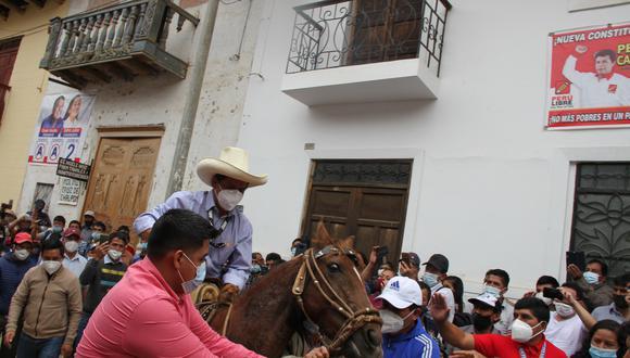 Pedro Castillo acudió a votar en Cajamarca montando una yegua. (Foto: Alex Vásquez Requejo)