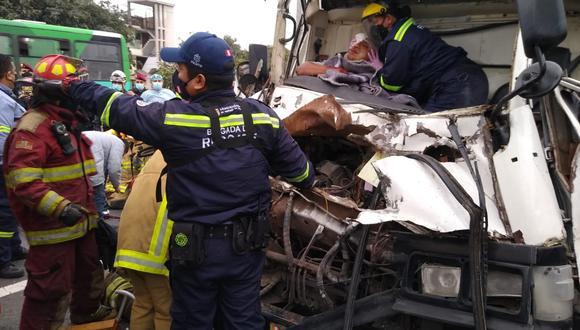 Rescatistas tuvieron problemas para recatar a uno de ellos ya que sus miembros inferiores estaban atrapados con el chasis destrozado. (Foto: Municipalidad de Surco)