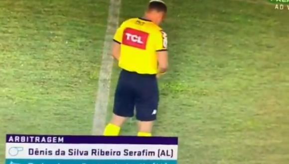 Árbitro orina en medio de la cancha previo a un partido en Brasil