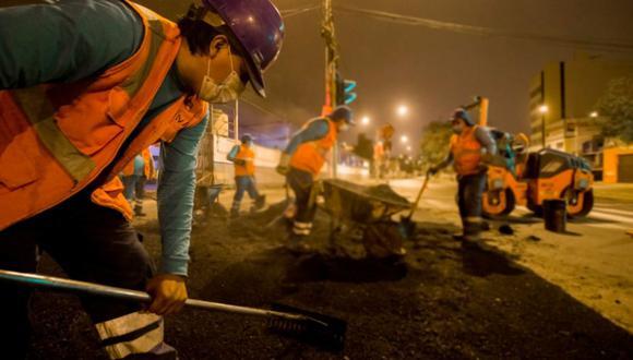 Obreros iniciaron la reparación de baches, fisuras y hundimientos en la pista. (Foto: Municipalidad de Lima)