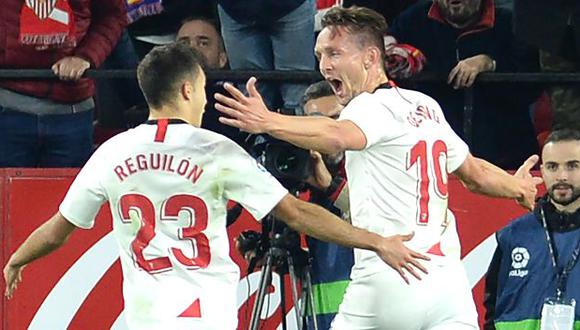 Sevilla's Dutch forward Luuk De Jong (R) celebrates after scoring a goal  during the Spanish league football match Sevilla FC against Granada FC at the Ramon Sanchez Pizjuan stadium in Seville on January 25, 2020. (Photo by CRISTINA QUICLER / AFP)